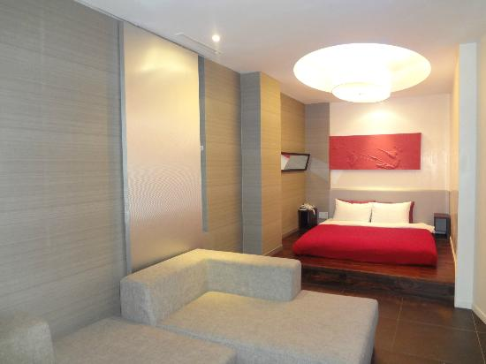 Hotel Tria: the bright red bedsheet plus mirror2 on the wall..