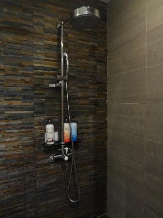 Tria Hotel: shower n 3 big bottles of bodywash,shampoo n conditioners