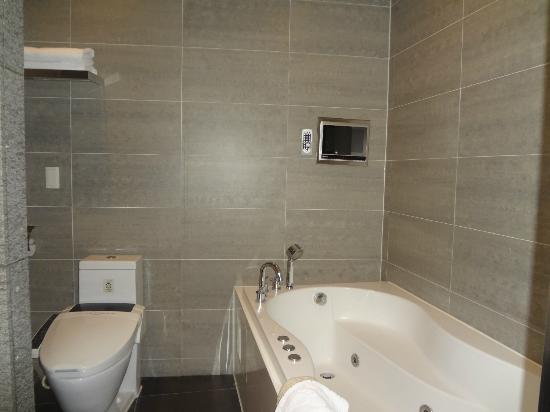 Hotel Tria: jacuzzi n auto control toilet bowl