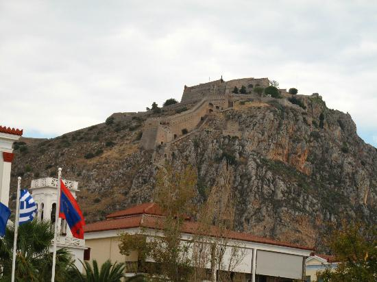 Nafplia Palace Hotel: castle view from the town below