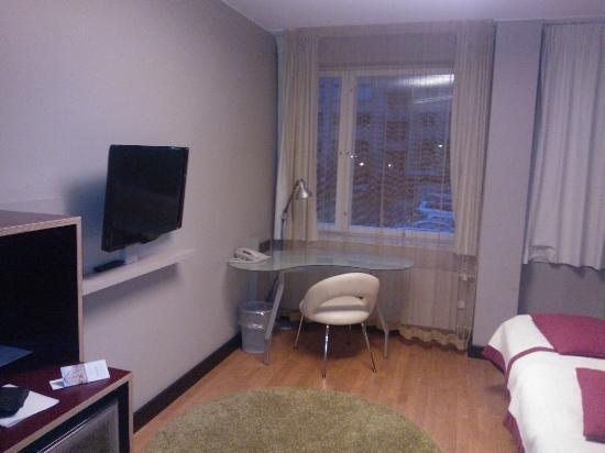 Original Sokos Hotel Albert: TV and desk