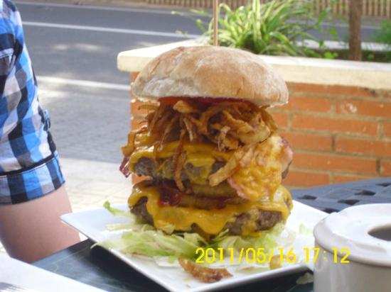 Legends Bar La Pineda: the burger my fiance had!!