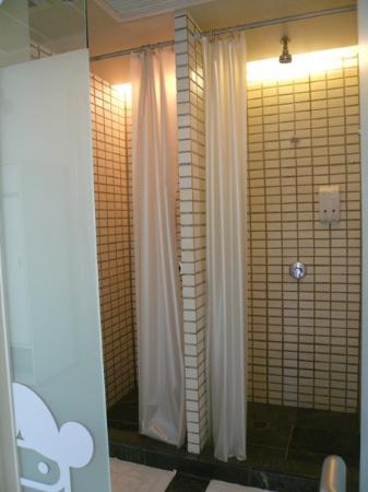 Refill Now!: シャワールーム。扉のデザインがポールフランク風でオシャレ
