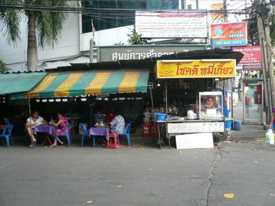 รีฟิลล์ นาว! โฮสเทล: ホテルの近所のタイラーメン屋。30Bで食べられる。この周辺は物価が安い。