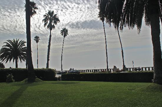 Four Seasons Resort The Biltmore Santa Barbara: Front Lawn Beachside at the Four Seasons