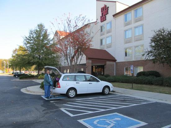 Red Roof Inn Macon: loading car to leave and head on home