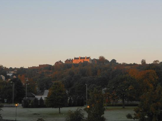 Auchyle Guest House: Morning sun on Stirling castle from bridge