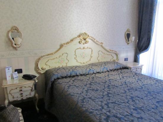 Hotel Montecarlo: Bett in venezianischem Stil