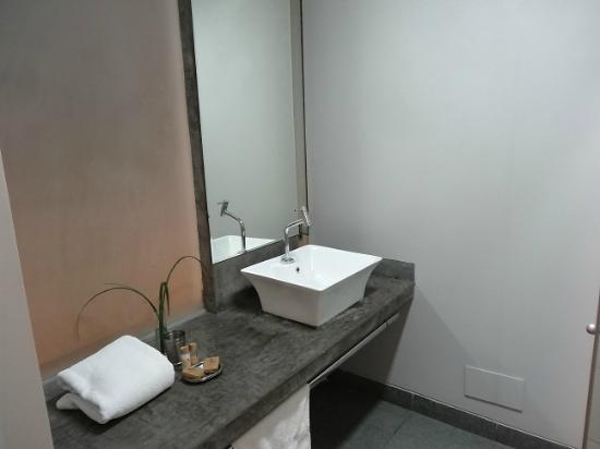 3B Barranco's - Chic and Basic - B&B: Another section of bathroom