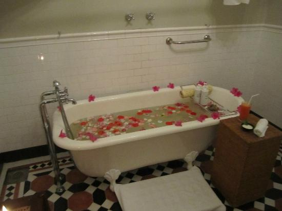 ซีลอนที เทรลส์: Jasmine bath set up by spa staff