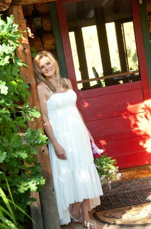 Abode at Willowtail Springs: Beautiful bride at the bungalow