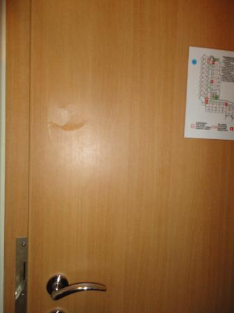 Helios Park Hotel : porte enfoncée
