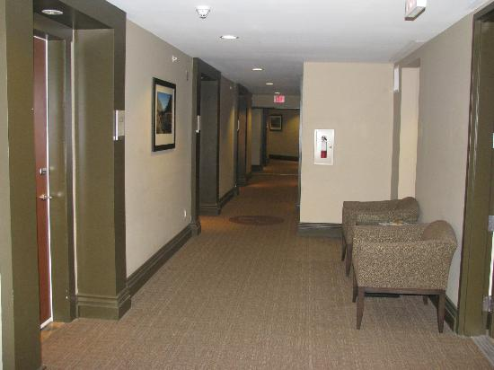 Walnut Beach Resort: Hallway turns 45 degrees at end