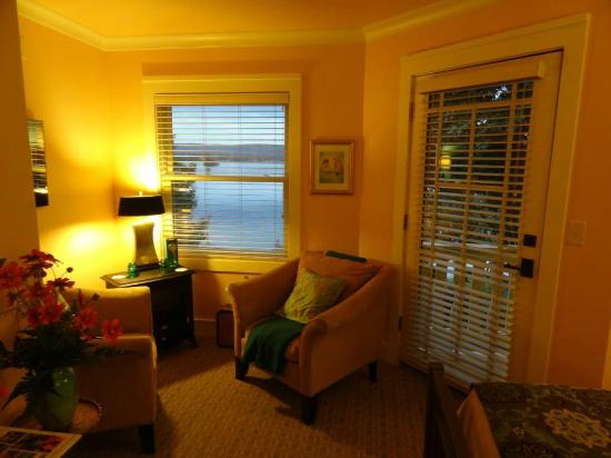 Lookout Point Lakeside Inn: Sitting area in room