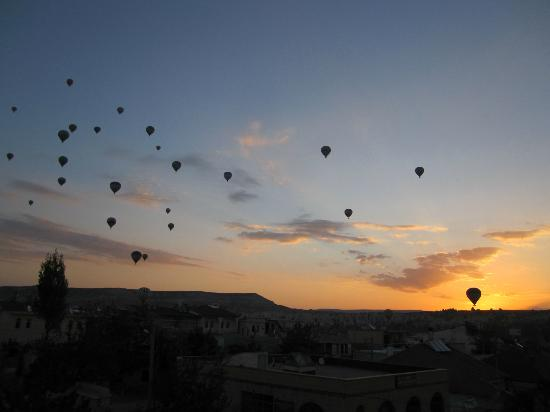 Cave Hotel Saksagan: Balloons at dawn