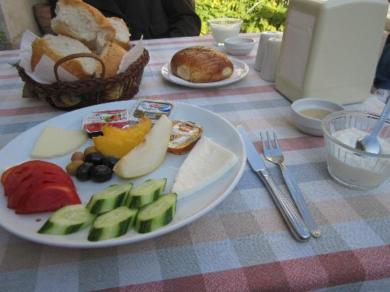 Cave Hotel Saksagan: Breakfast in the courtyard