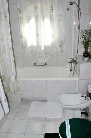 Villa - Hotel ESCALA : Large bathroom with very comfortable tub, bidet, sink etc.