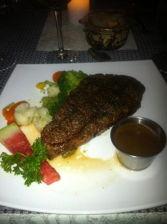 Unbelievable : Delicious strip steak with peppercorn sauce and steamed vegetables