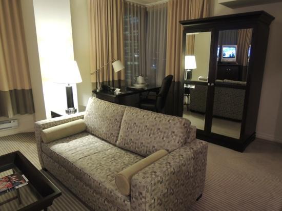 One King West Hotel & Residence: ソファー、ライトニングデスク