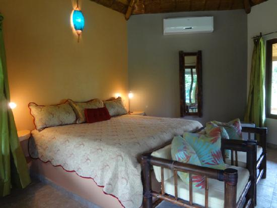 Manoas: King Bedroom - Villa Colibri