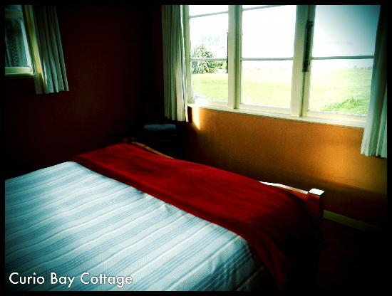 Curio Bay Accommodation : Sweet Red Room