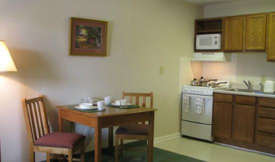 Affordable Suites Hickory: Living room & Kitchen