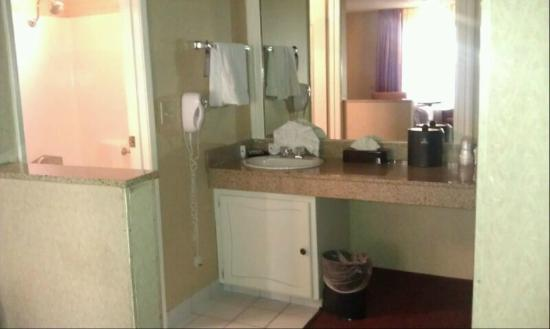 BEST WESTERN PLUS Anaheim Inn: Bathroom in adjoining room