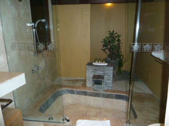 Alam KulKul Boutique Resort: vista nocturna del la bañera exterior