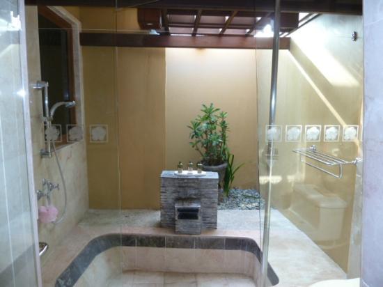 Alam KulKul Boutique Resort: bañera-ducha exterior