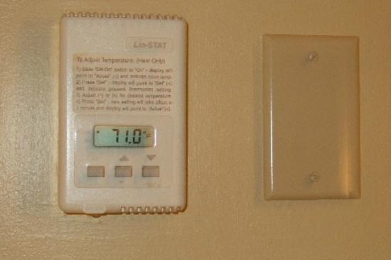 Bar Harbor Inn: Thermostat in the Room