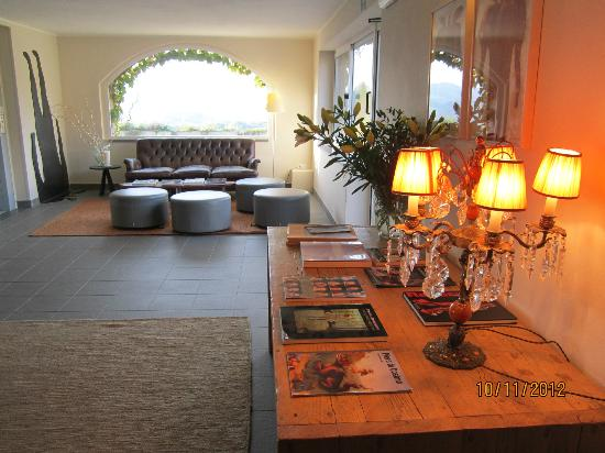 Hotel Terre di Casole: hall relax con vista sulle colline