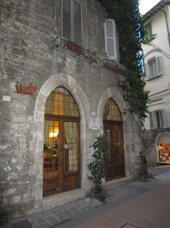 Hotel Fortuna: Quaint stone building.  Love the windows