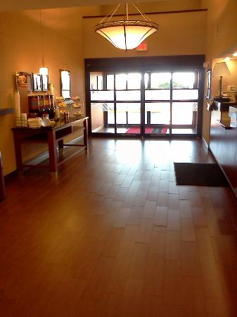 Hampton Inn Batesville: Front desk area