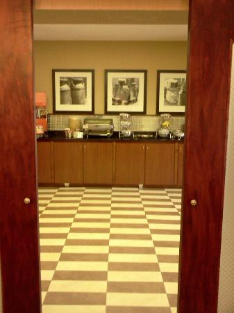 Hampton Inn Batesville: Peering into the breakfast area from the lobby/dinning area