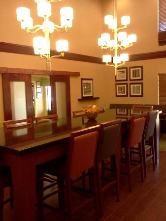 Hampton Inn Batesville: The large Lobby/Dinning area the door leads into large breakfast area
