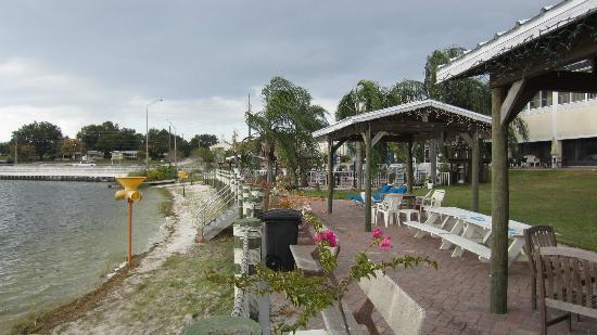 Lake Roy Beach Inn : Outside