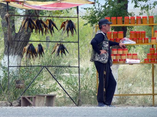 Karakol, Kirguistán: Straßenhändler für Trockenfisch und Honig