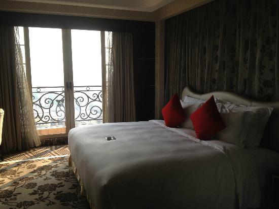 Chateau Star River Hotel: king size bed