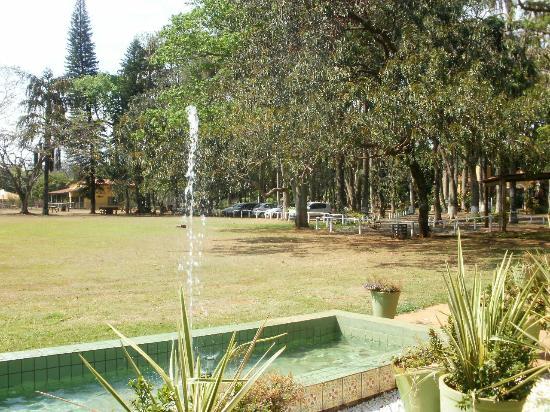 Dourado, SP: Jardim da entrada do resort