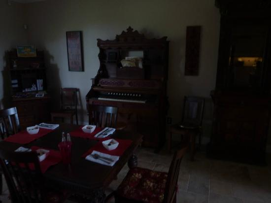 Seventh Heaven Bed & Breakfast: antique pedal organ works!!