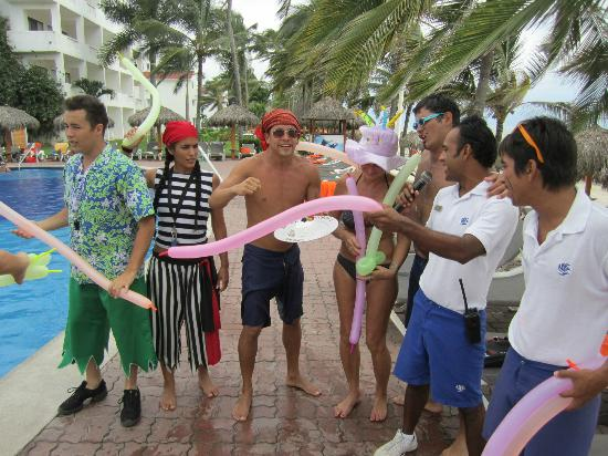 Marival Resort & Suites: Grand Pool Birthday attack with Carlos, Itzel, David, Caesar and Paco