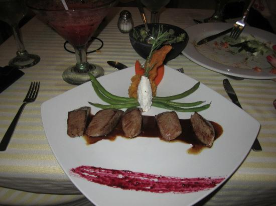 Marival Resort & Suites: Mexican Filet w/ raspberry sauce and strawberry margarita