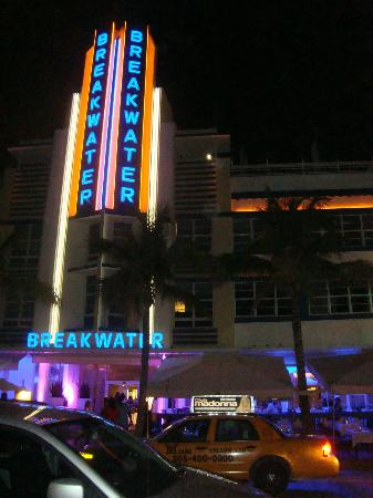 ‪‪Hotel Breakwater South Beach‬: Frente do hotel , noite