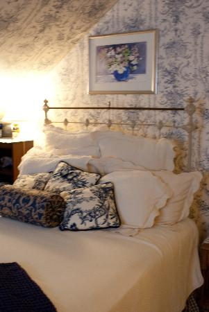 Berry Manor Inn: First room, cozy