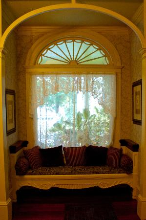 Berry Manor Inn: Entry settee