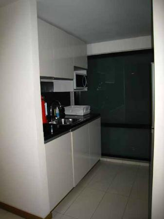 Citadines Sukhumvit 8 Bangkok: Kitchen - sink & prep area