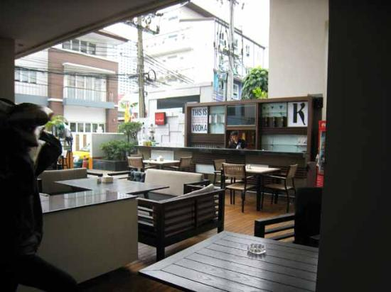 Citadines Sukhumvit 8 Bangkok: Bar area/outside restaurant