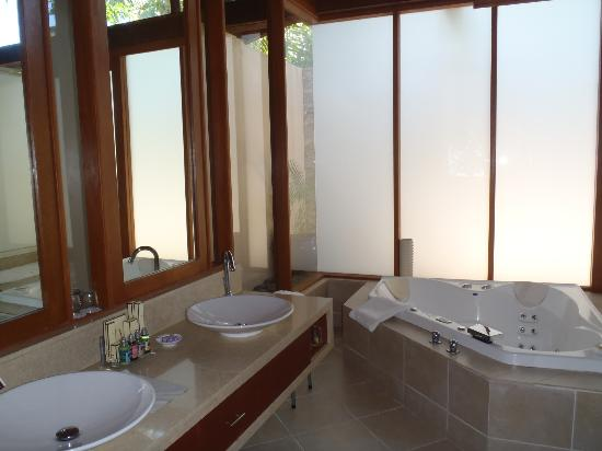 Shangri-La's Fijian Resort & Spa: Bathroom