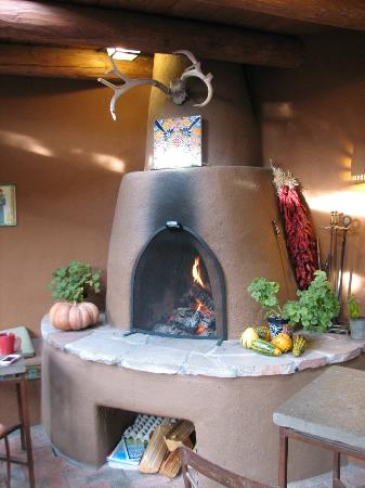 Santa Fe Motel and Inn : Outdoor fireplace in dining area