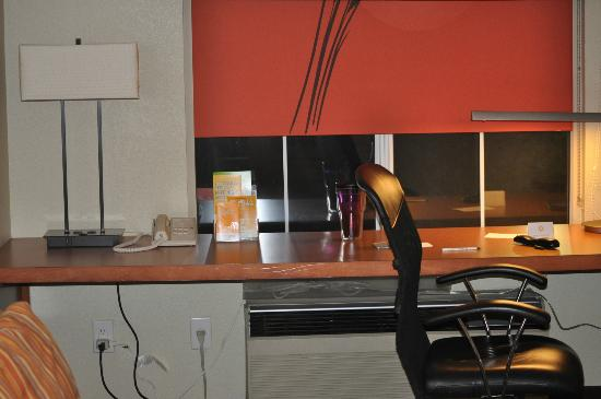 La Quinta Inn & Suites Raleigh Cary : if you need a place to eat while working-comfy chair